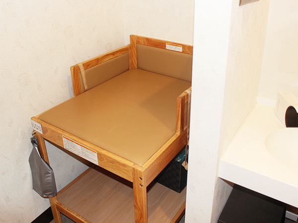 画像:おむつ替え台(化粧室にご用意があります)